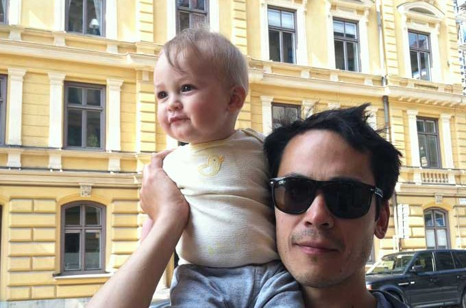 baby-on-fathers-shoulders-stockholm