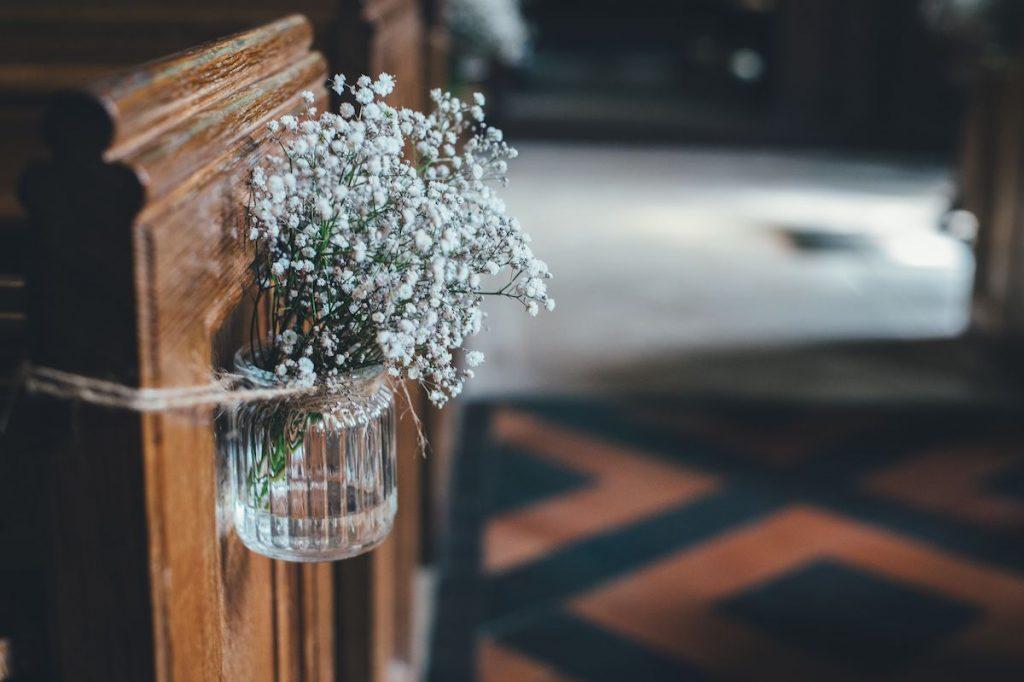 pew-flowers-annie-spratt