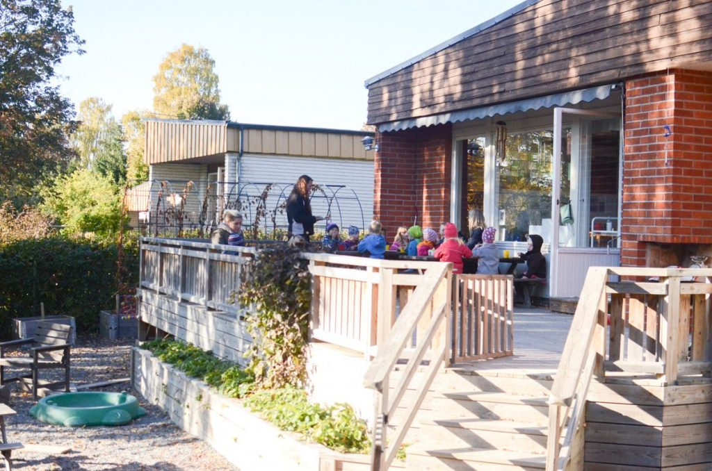 preschool-in-sweden-eating-outside