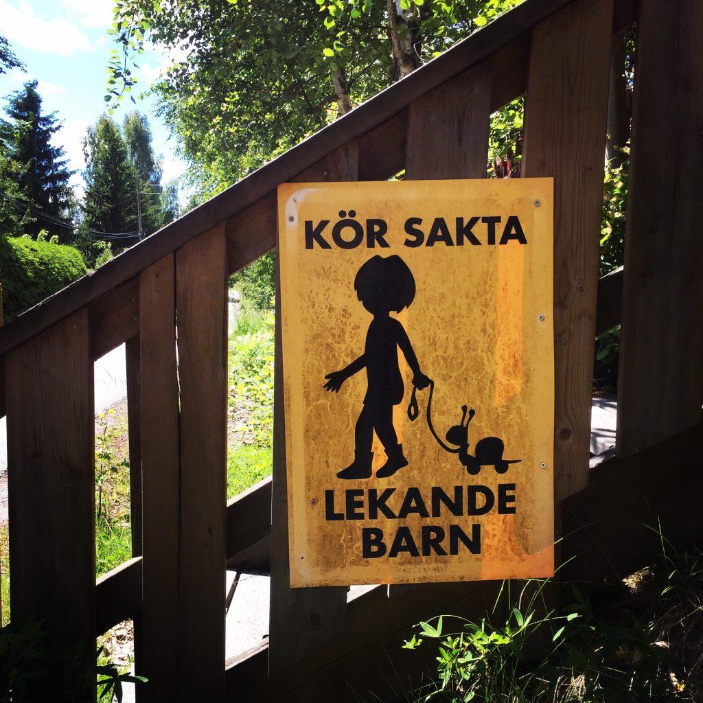Kor sakta, lekanda barn - drive safely, children playing